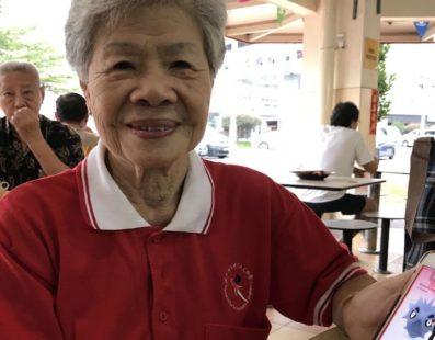 Com 84 anos vovózinha quase completa sua coleção no pokemon go
